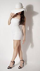 Bilder Grauer Hintergrund Model Posiert Der Hut Kleid Bein Stöckelschuh