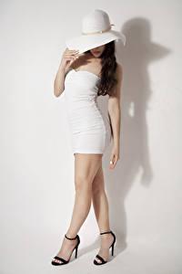 Bilder Grauer Hintergrund Model Posiert Der Hut Kleid Bein Stöckelschuh Mädchens