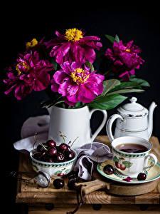 Fotos Stillleben Zinnien Kirsche Wasserkessel Tee Schwarzer Hintergrund Tasse Kanne Blüte Lebensmittel
