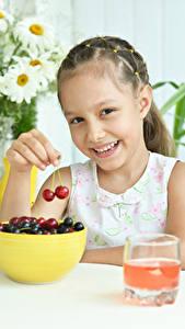 Bilder Kirsche Kleine Mädchen Lächeln Trinkglas Kinder