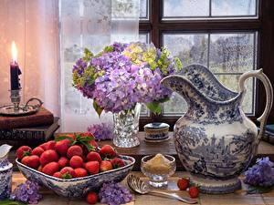 Fotos Stillleben Hortensien Kerzen Erdbeeren Kanne Vase Buch Löffel Fenster das Essen