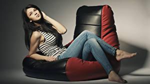 Fotos Sessel Brünette Sitzend Jeans Blick Mädchens