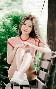 Bilder Asiatische Unscharfer Hintergrund Sitzend Bein Braunhaarige Starren Bank (Möbel) Mädchens
