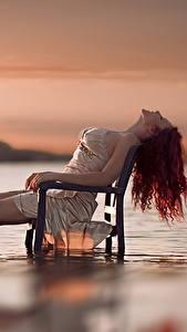 Fotos Wasser Abend Sitzt Stühle Rotschopf junge frau
