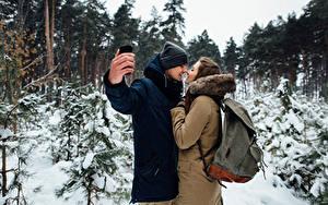 Fotos Winter Liebe Mann Paare in der Liebe Zwei Braune Haare Hand Selfie Auf ein datum date Mädchens