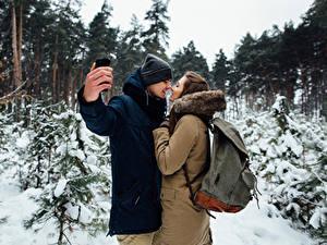Fotos Winter Liebe Mann Paare in der Liebe Zwei Braune Haare Hand Selfie Mädchens
