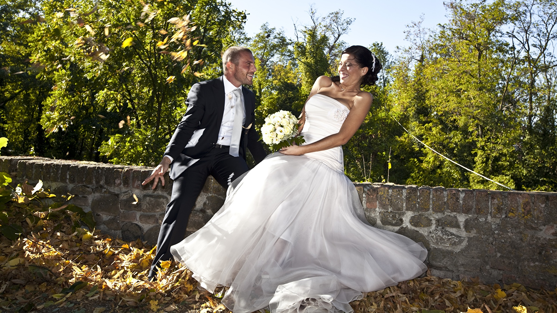 1920x1080 Couples dans l'amour Homme Automne Bouquets Marié homme Jeune mariée Feuillage Les robes Joie Feuille Filles
