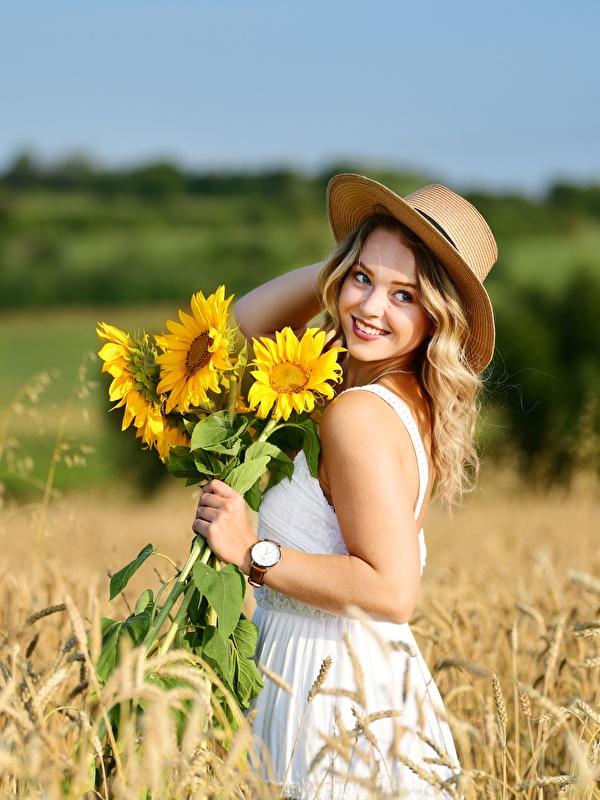 Fondos de Pantalla 600x800 Campos Trigo Girasols Selina Bokeh Vestido  Sonrisa Sombrero de Rubio Nia Naturaleza Chicas descargar imagenes
