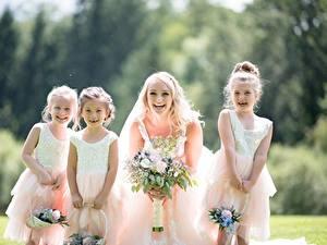 Bilder Blumensträuße Bokeh Blondine Braut Kleid Kleine Mädchen Glücklich junge Frauen