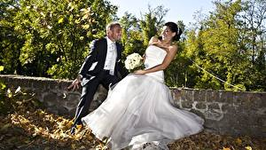 Bilder Paare in der Liebe Mann Herbst Sträuße Bräutigam Brautpaar Blatt Kleid Freude