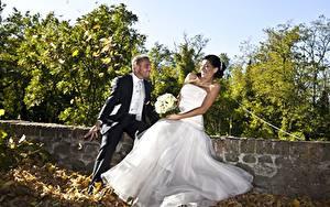 Bilder Paare in der Liebe Mann Herbst Sträuße Bräutigam Brautpaar Blatt Kleid Freude Mädchens
