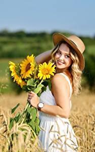 Fotos Acker Weizen Sonnenblumen Unscharfer Hintergrund Kleid Lächeln Der Hut Blondine Selina Natur Mädchens