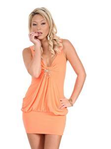 Hintergrundbilder Natalia Forrest Weißer hintergrund Pose Kleid Blond Mädchen Mädchens