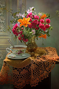 Fotos Stillleben Sträuße Rosen Lilien Windröschen Tee Tisch Vase Tasse Blumen Lebensmittel