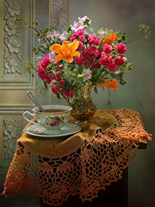 Fotos Stillleben Sträuße Rose Lilien Windröschen Tee Tisch Vase Tasse Blumen Lebensmittel