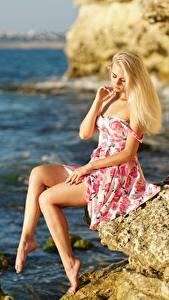 Hintergrundbilder Meer Blond Mädchen Kleid Felsen Der Hut Sitzt Bein junge Frauen