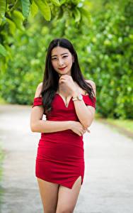 Hintergrundbilder Asiatisches Posiert Kleid Hand Blick Unscharfer Hintergrund Mädchens