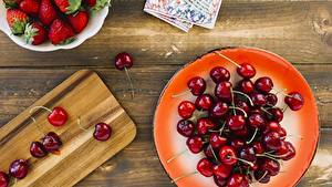 Hintergrundbilder Kirsche Erdbeeren Teller Bretter