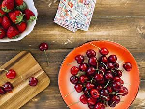 Hintergrundbilder Kirsche Erdbeeren Teller Bretter das Essen