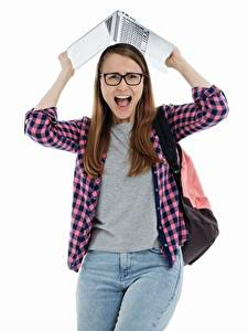 Bilder Studentin Notebook Weißer hintergrund Schrei Blick Brille Hemd Jeans junge frau