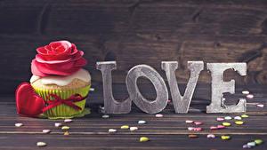 Papéis de parede Dia dos Namorados Amor Pequeno bolo Rosas Doçarias Cupcake Tábuas de madeira Inglês Coração Alimentos