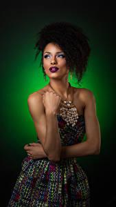 Fotos Locken Farbigen hintergrund Kleid Hand Schminke Frisur Mädchens