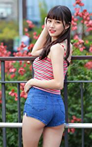 Fotos Asiatische Pose Shorts Unterhemd Starren Zaun Mädchens