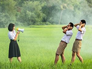 Fotos Mann Asiaten Gras Drei 3 Brünette Megaphon Shorts Mädchens