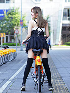 Fotos Asiatisches Fahrrad Bein Hinten Dunkelbraun Mädchens