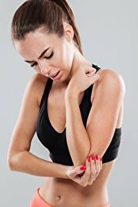 Hintergrundbilder Fitness Hand Maniküre Braune Haare Grauer Hintergrund Mädchens