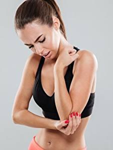 Hintergrundbilder Fitness Hand Maniküre Braune Haare Grauer Hintergrund Sport Mädchens