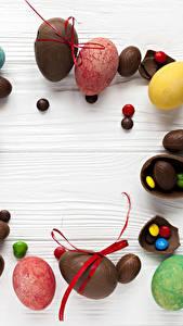 Papéis de parede Páscoa Chocolate Bala (doce) Doçarias Tábuas de madeira Ovo Alimentos
