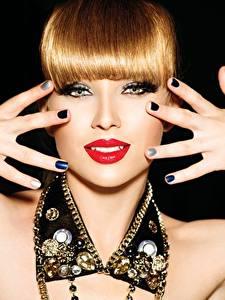 Hintergrundbilder Finger Schmuck Lippe Rotschopf Hand Maniküre Blick Rote Lippen Schwarzer Hintergrund Mädchens