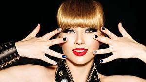 Hintergrundbilder Finger Schmuck Lippe Rotschopf Hand Maniküre Blick Rote Lippen Schwarzer Hintergrund junge frau