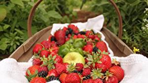Fotos Erdbeeren Himbeeren Beere Weidenkorb das Essen
