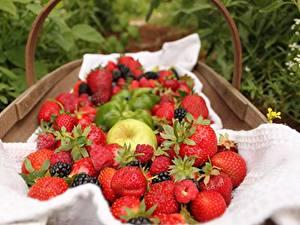 Fotos Erdbeeren Himbeeren Beere Weidenkorb