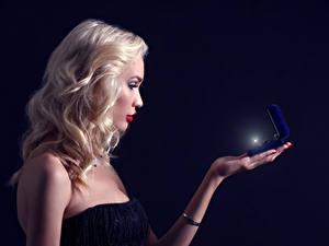 Hintergrundbilder Schwarzer Hintergrund Blond Mädchen Ring Mädchens