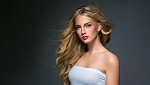 Fotos Grauer Hintergrund Blond Mädchen Haar Starren