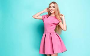 Fotos Lächeln Niedlich Pose Kleid Farbigen hintergrund Hand Blick junge Frauen