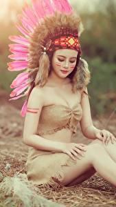 Hintergrundbilder Federn Indianer Bein Hübscher Sitzt Mädchens