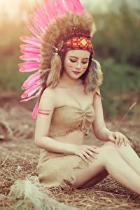 Hintergrundbilder Federn Indianer Bein Schön Sitzt Mädchens
