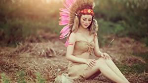 Hintergrundbilder Federn Indianer Bein Hübscher Sitzt junge frau