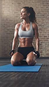 Fotos Fitness Fitnessstudio Sitzend Posiert Höschen Unterhemd Handschuh sportliches Mädchens