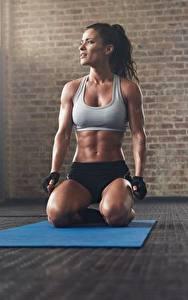 Desktop hintergrundbilder Fitness Fitnessstudio Sitzend Posiert Höschen Unterhemd Handschuh sportliches Mädchens