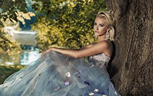 Hintergrundbilder Blond Mädchen Kleid Sitzend Blick Ohrring Mädchens