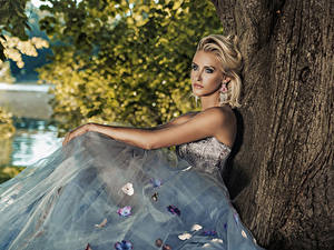 Hintergrundbilder Blondine Kleid Sitzend Starren Ohrring
