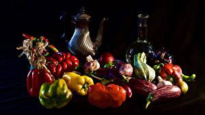 Bilder Stillleben Gemüse Paprika Tomaten Schwarzer Hintergrund Kannen Flasche das Essen