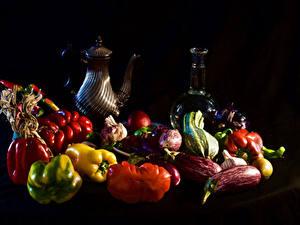 Bilder Stillleben Gemüse Peperone Tomate Schwarzer Hintergrund Kanne Flasche Lebensmittel