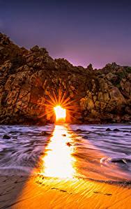 Fotos Vereinigte Staaten Küste Morgendämmerung und Sonnenuntergang Kalifornien Felsen Lichtstrahl Pfeiffer Beach Big Sur Natur