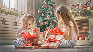 Bilder Feiertage Neujahr 2 Kleine Mädchen Geschenke Sitzt Kinder
